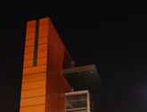 Zdjęcie obiektu czerpnio-wyrzutni powietrza znajdującego się w po stronie wschodniej Dworca PKP Kraków Główny. Firma Wido wykonywała tam elewacje i zadaszenie z płyt HPL.