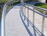 Rondo Mogilskie w Krakowie - balustrady ze stali nierdzewnej dla osób niepełnosprawnych.
