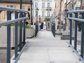Mały Rynek w Krakowie - balustrady aluminiowe  dla osób niepełnosprawnych.