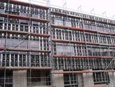 Fasada wentylowana Uniwersytetu Opolskiego. Montaż na nitach, system: Wido-Grip. W trakcie realizacji