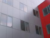 Fasada wentylowana Uniwersytetu Opolskiego. Montaż HPL na nitach, system: Wido-Grip.