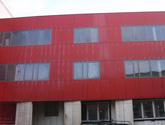 Fasada wentylowana Uniwersytetu Opolskiego. Montaż na nitach, system: Wido-Grip.