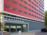 Wejście Hotelu Best Western Katowice. Elewacja HPL, zabudowa wejścia i parteru z kompozytu oraz szklane zadaszenie.