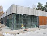 Attyka wykonana z betonu architektonicznego GRC. Muzeum Pamięci w Palmirach - Puszcza Kampinowska.