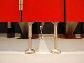 Detal montażu sanitariatów z systemu Wido-Qubic - stopki montażowe, HPL.